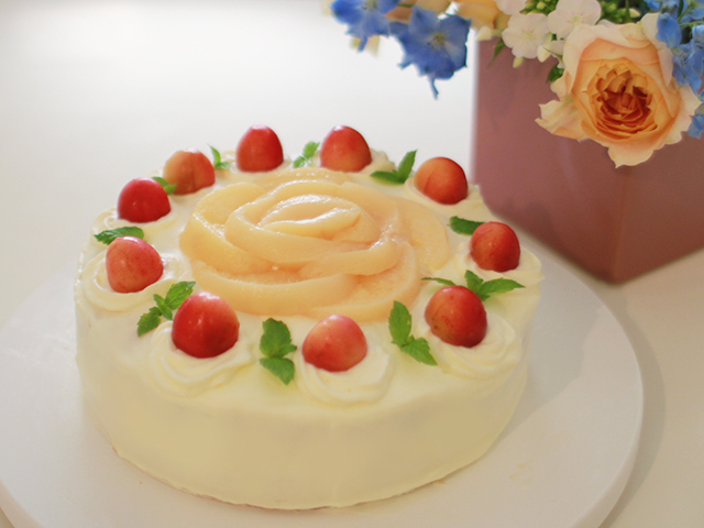 桃とさくらんぼのケーキ